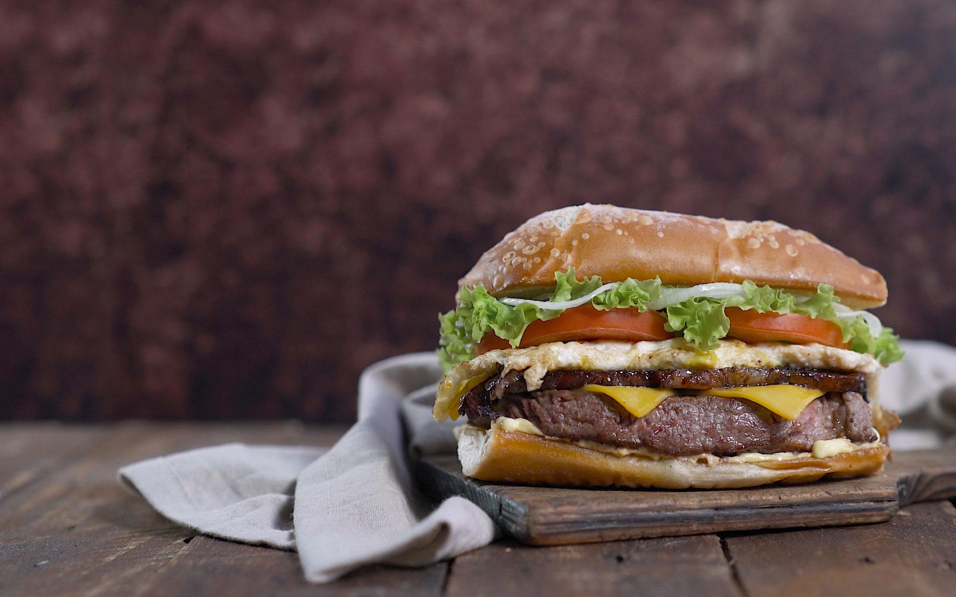 Nuevo Steak Sandwich                       La combinación perfecta de bife de chorizo con lechuga, tomate,                        cebolla morada, huevo y doble cheddar. Llegó para tentarte!